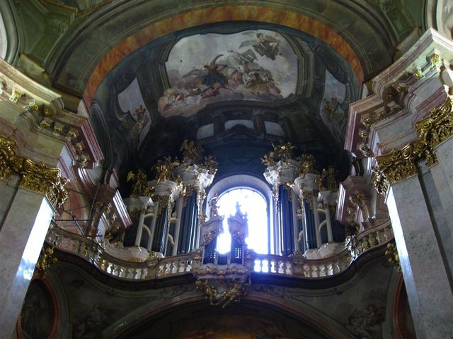 Prague_castle_approach_church_interior